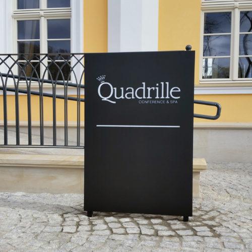 Oznakowanie Hotelu Quadrille w Gdyni