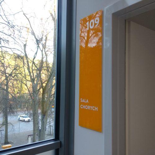 Oznakowanie Centrum Geriatrii w Sopocie, tabliczka informacyjna